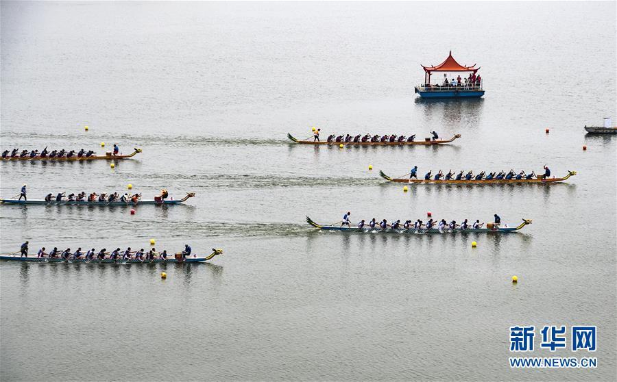 6月14日,屈原故里湖北省秭归县举行龙舟赛,迎接端午节的到来。新华社发(雷勇 摄)