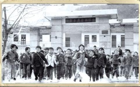 """【新中国的""""第一""""·70年】第一所希望小学:幼苗长成参天树"""